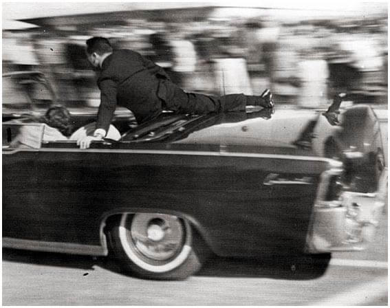 Clint_Hill_on_the_limousine 【閲覧注意】ケネディ大統領暗殺事件の高鮮明度動画が公開される。 動画